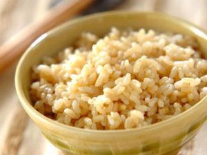 玄米ごはんにお塩をかけると甘みとコクが際立ってさらに美味しい