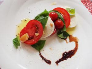 サラダビュッフェは素晴らしいことに、オリーブオイルとバルサミコ酢がおいてある