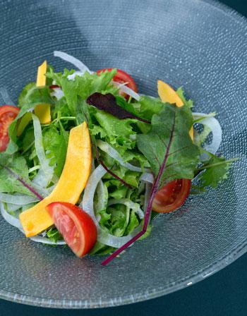このサラダのドレッシングは、オリーブオイルかな?
