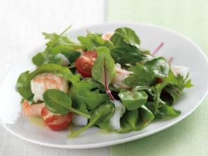 ランチはタンパク質も入っているシーフードサラダをオーダー